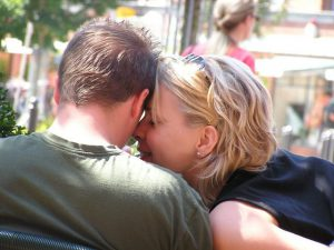 how-to-manage-your-relationship-young-couples-in-love